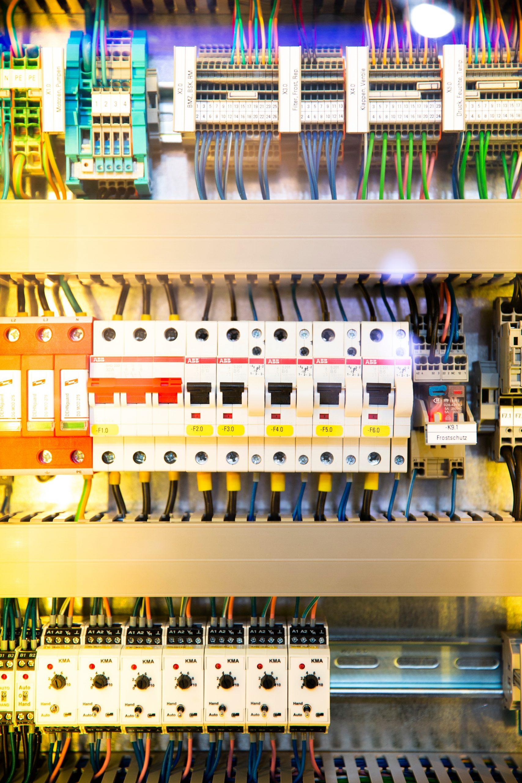 Kiedy warto zainwestować w osprzęt elektryczny?