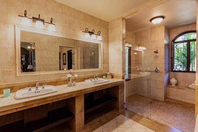 Oświetlenie lustra w łazience - jakie wybrać?